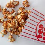 Popcorn med karamel smag i popcornbæger