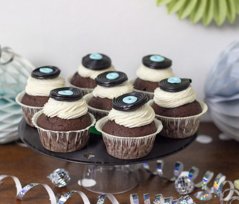 Chokolade cupcakes til diskofest med små vinylplader