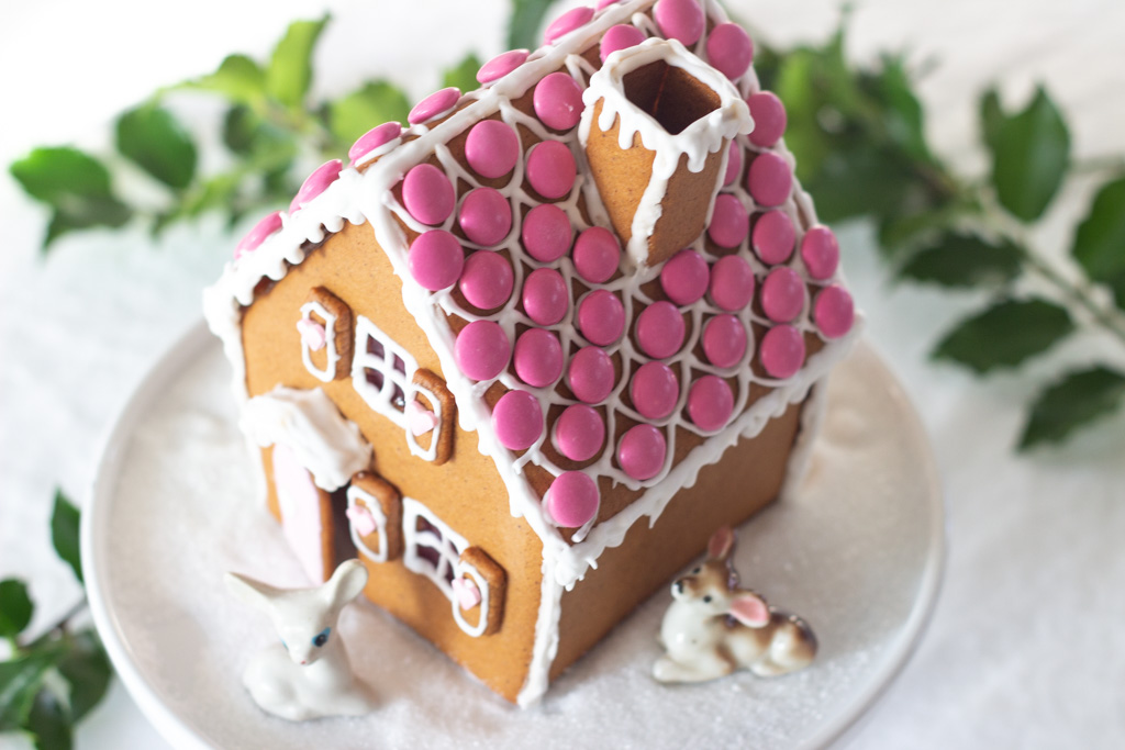 Peberkage hus med smarties på taget