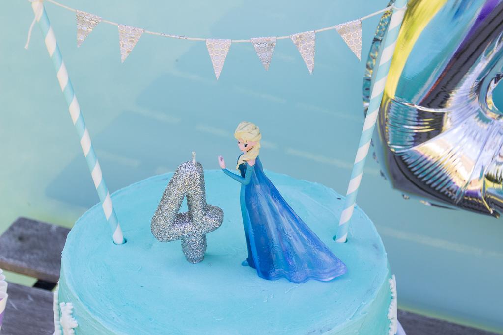 Frost fødselsdag med Elsa kage